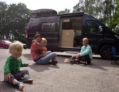 Familjen Britzén poserar framför sin husbil