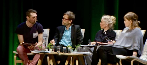 Ingemar Tigerberg modererar ett samtal på Caminos framtidsdag